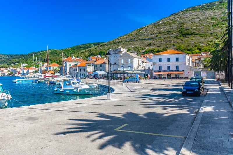Download TownVIs Deptak W Lecie, Południowy Chorwacja Obraz Stock - Obraz złożonej z kultura, destination: 106913563