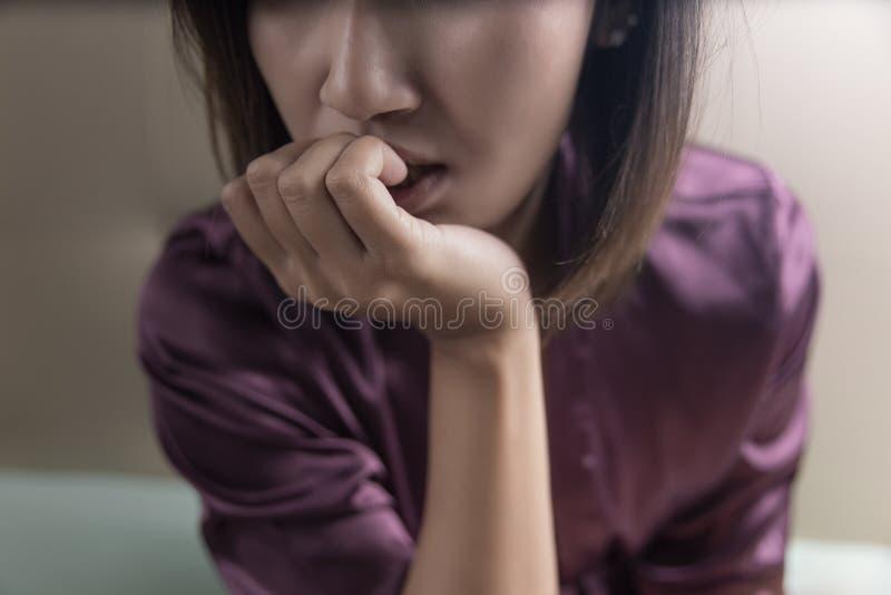 Toxicomanie femelle dans la chambre photo stock