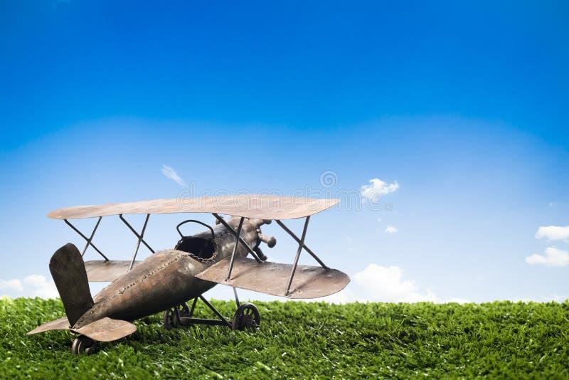 Toy Airplane en hierba en un día soleado fotografía de archivo