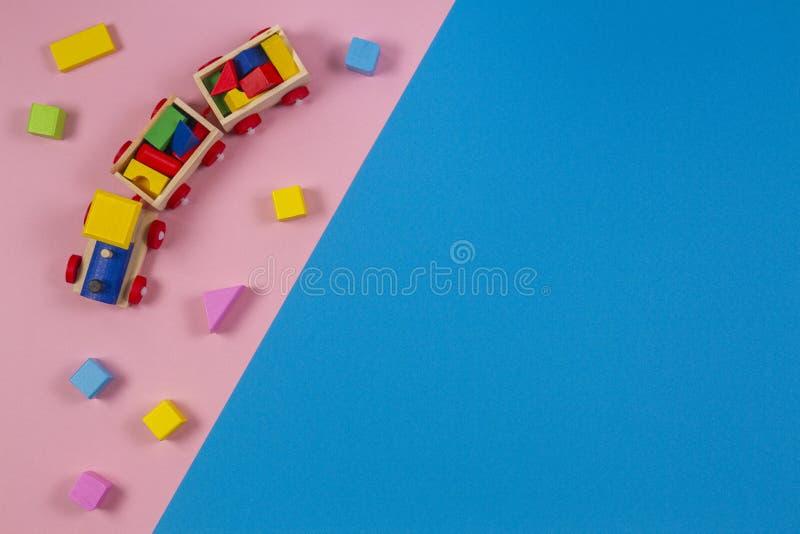 Toy Background Houten stuk speelgoed trein met kleurrijke kubussen op roze en blauwe achtergrond stock foto's