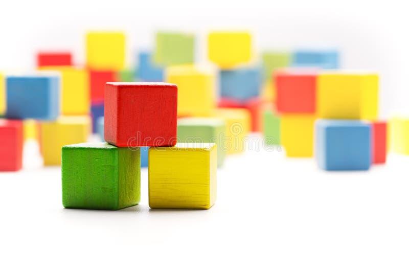 Toy Blocks Cubes, três caixas de madeira da construção da cor dos bebês imagens de stock