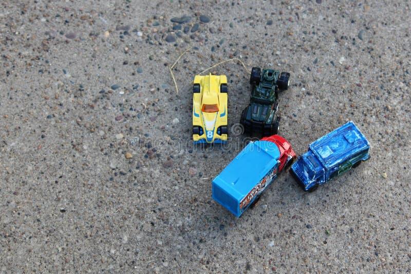 Toy Cars Left ut från att spela arkivfoton