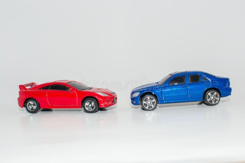 Toy Cars Red e colore blu su fondo bianco immagine stock