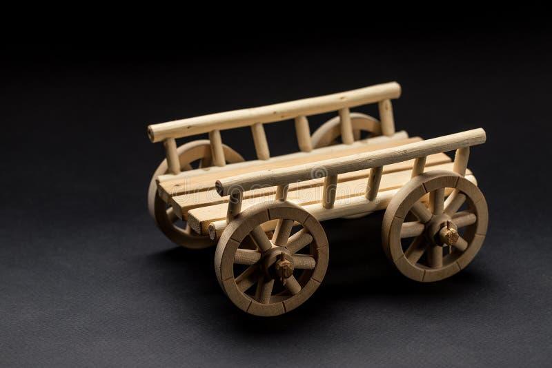 Toy Cart di legno su un fondo scuro fotografia stock