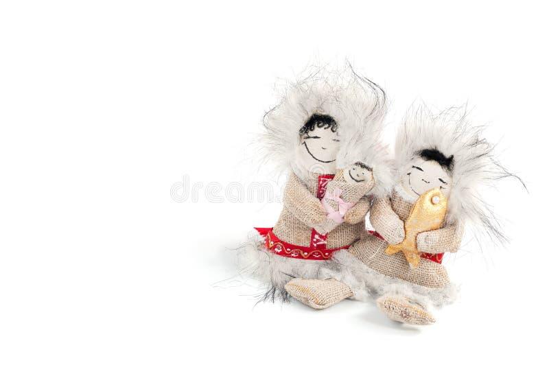 Toy Chukchi mit Fischen und Baby in seinen Armen lizenzfreies stockbild