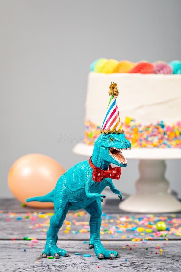 Toy Dinosaur på födelsedagpartiet royaltyfria bilder