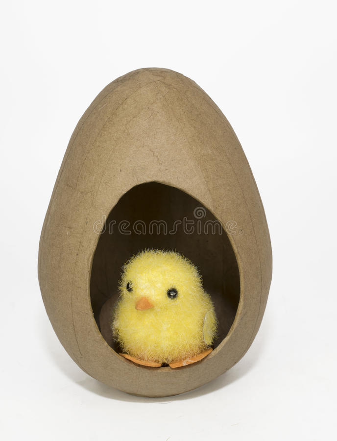 Toy Easter Chick amarelo no ovo de Brown grande foto de stock royalty free