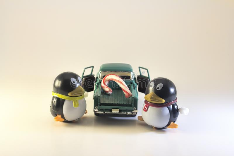 Toy Penguins Loading Candy Cane på lastbilen arkivbilder