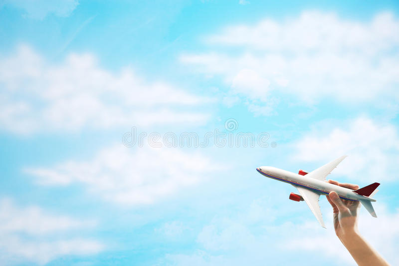Download Toy Plane flyg mot moln fotografering för bildbyråer. Bild av hand - 78732401
