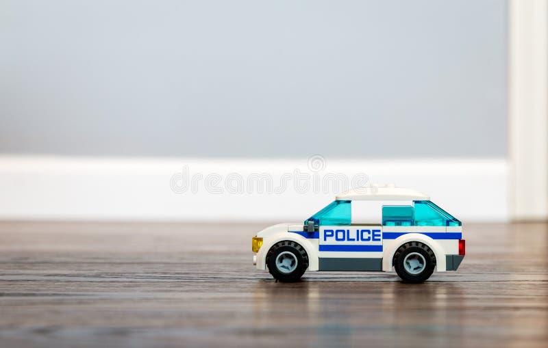 Toy Police Car su un pavimento di legno immagini stock libere da diritti