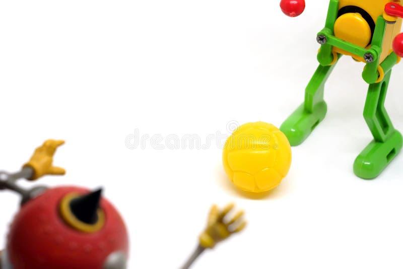 Toy Robot Are som spelar fotboll royaltyfria bilder
