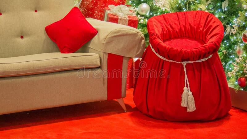Toy Sack Beside Chair de Papá Noel imagenes de archivo
