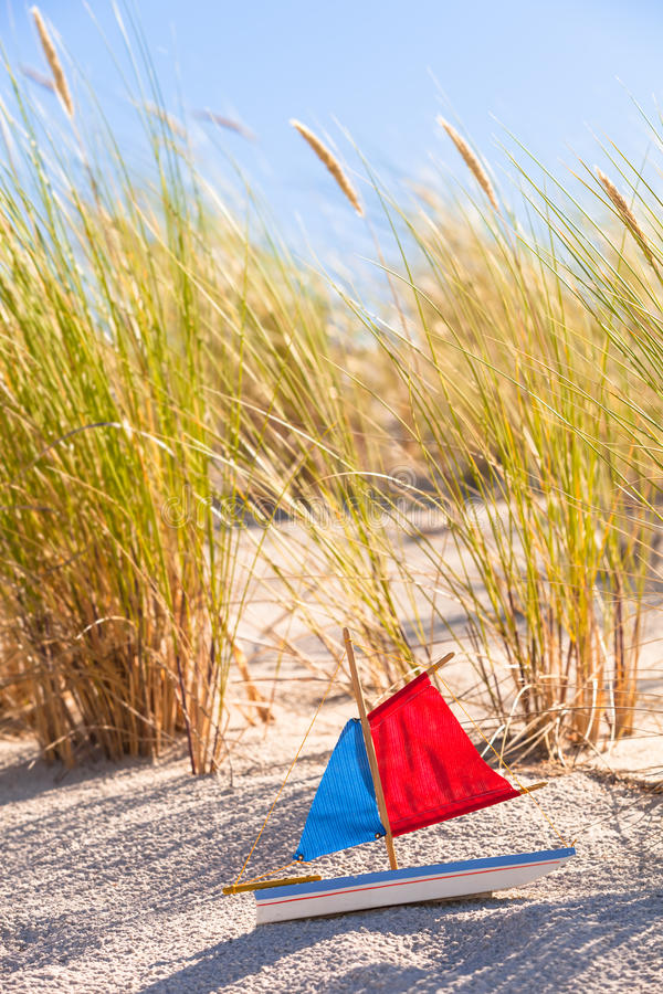 Toy Sailboat à la dune photos libres de droits