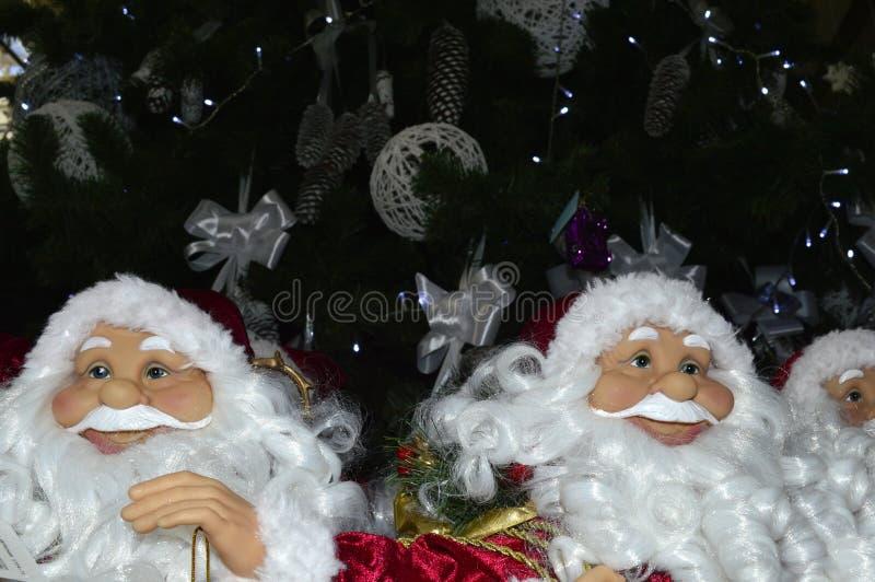 Toy Santa Claus op een Kerstmisachtergrond stock foto