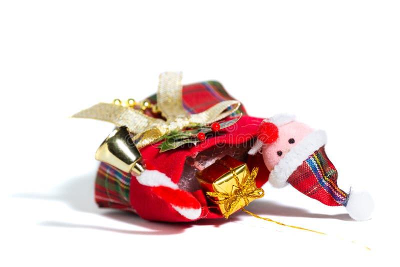 Toy Santa Claus in Socke mit Geschenken, weißem Hintergrund stockfotos