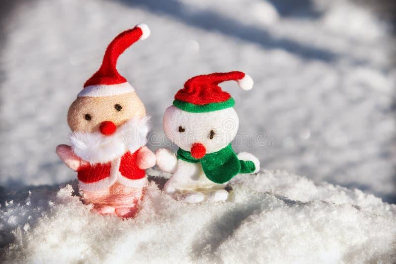 Toy Santa y muñeco de nieve en la nieve foto de archivo libre de regalías