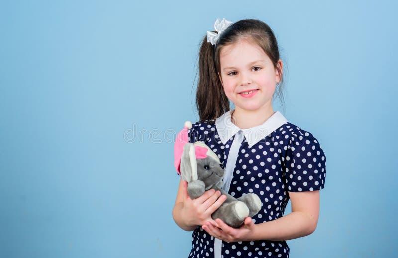 Toy Shop Barns dag Bästa vän lekplats i dagis liten flicka som spelar leken i lekrum lycklig barndom royaltyfri foto