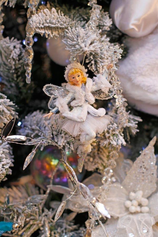 Toy Snow Fairy, der an der Niederlassung des Weihnachtsbaums hängt lizenzfreies stockbild