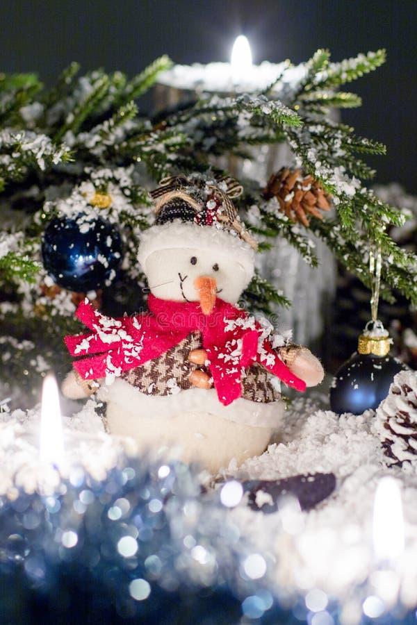 Toy Snowball sta sedendosi sotto un albero di Natale fotografie stock libere da diritti