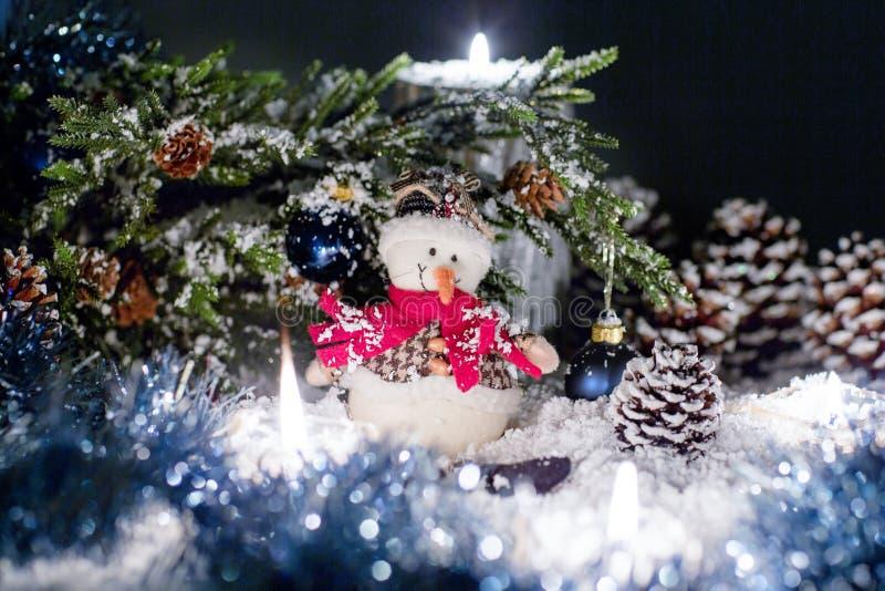 Toy Snowball sta sedendosi sotto un albero di Natale immagini stock libere da diritti