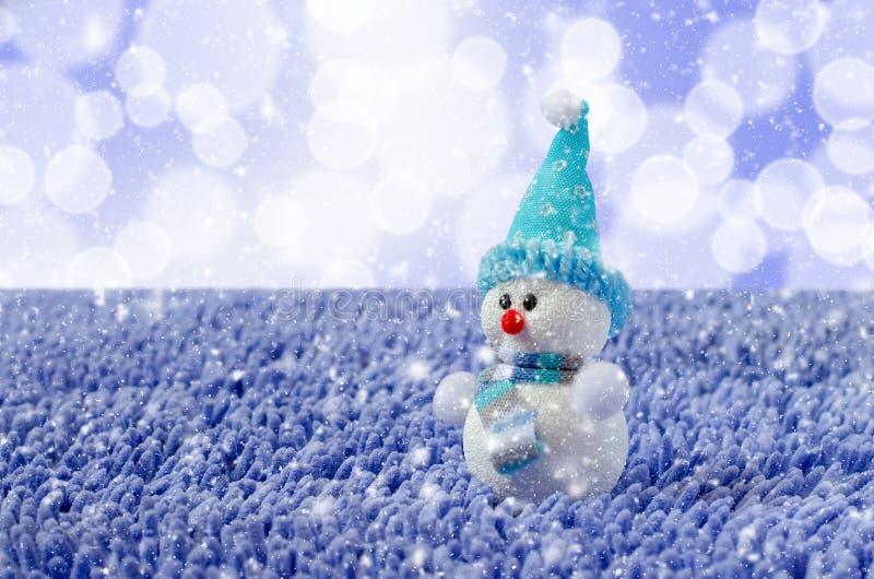 Toy Snowman avec le chapeau et l'?charpe Neige en baisse photo libre de droits