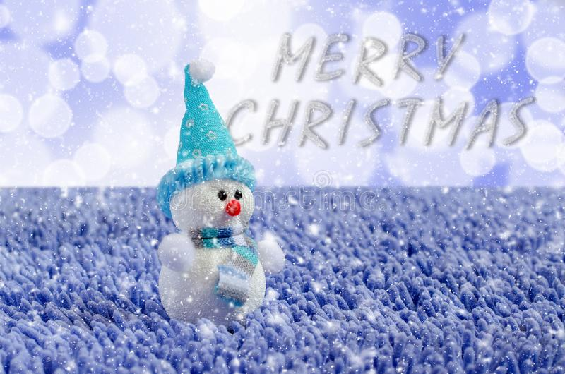 Toy Snowman met hoed en sjaal Dalende sneeuw stock foto
