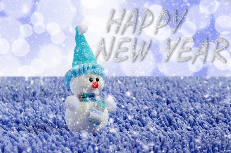 Toy Snowman met hoed en sjaal Dalende sneeuw stock afbeelding