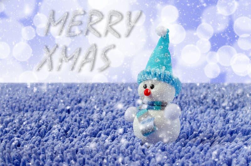 Toy Snowman met hoed en sjaal Dalende sneeuw royalty-vrije stock afbeeldingen