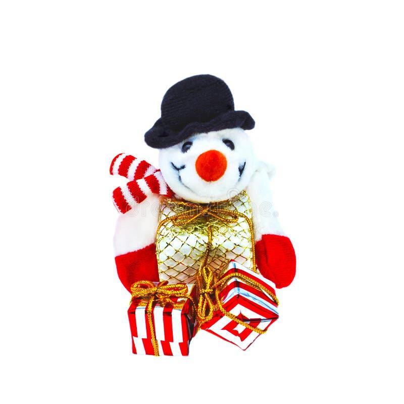 Toy Snowman met Kerstmisgiften, op witte achtergrond wordt geïsoleerd die stock afbeelding