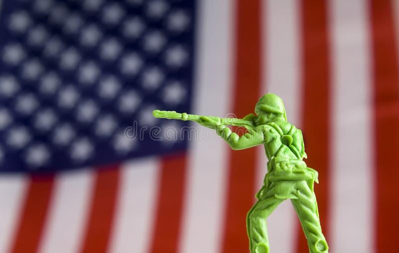 Toy Soldier na frente da bandeira foto de stock royalty free