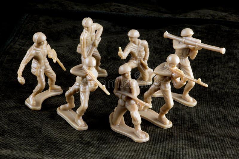 Toy Soldiers op Toy Battle Field royalty-vrije stock afbeeldingen