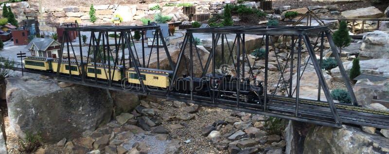 Toy Train em uma ponte imagens de stock