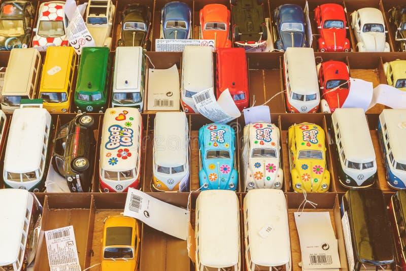Toy Volkswagen bilar som är till salu på antikt femtiotal till seventies royaltyfri bild