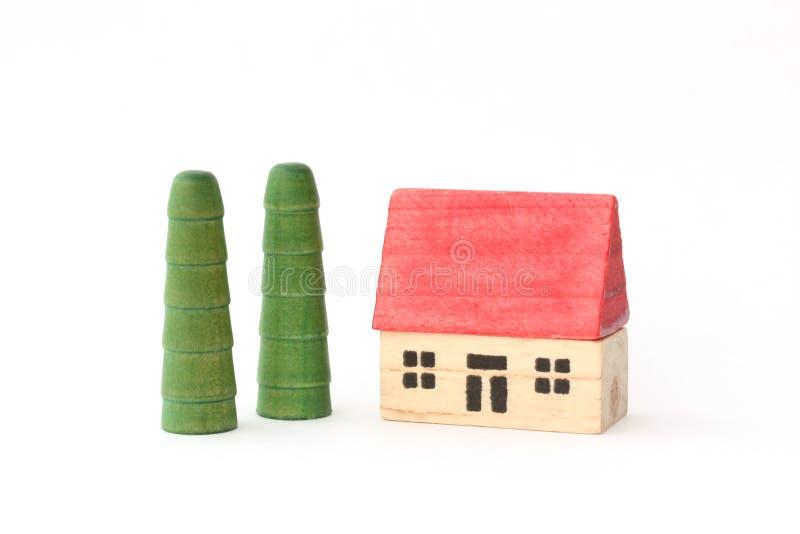 Toy Wooden House e árvores fotos de stock royalty free