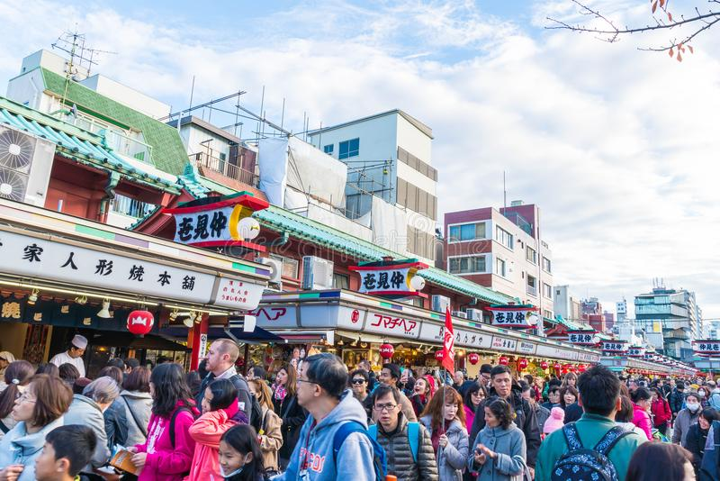 Toyko, Japan - 28 NOV. 2016: De toeristen lopen op Nakamise Dori in Se stock afbeeldingen