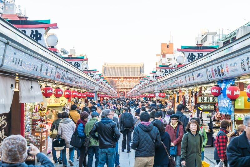 Toyko, Japan - 28 NOV. 2016: De toeristen lopen op Nakamise Dori in Se stock foto's