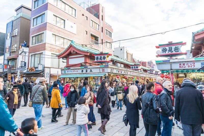 Toyko, Japan - 28 NOV. 2016: De toeristen lopen op Nakamise Dori in Se royalty-vrije stock foto's