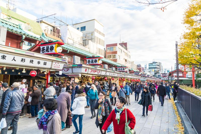 Toyko, Japan - 28 NOV. 2016: De toeristen lopen op Nakamise Dori in Se stock fotografie