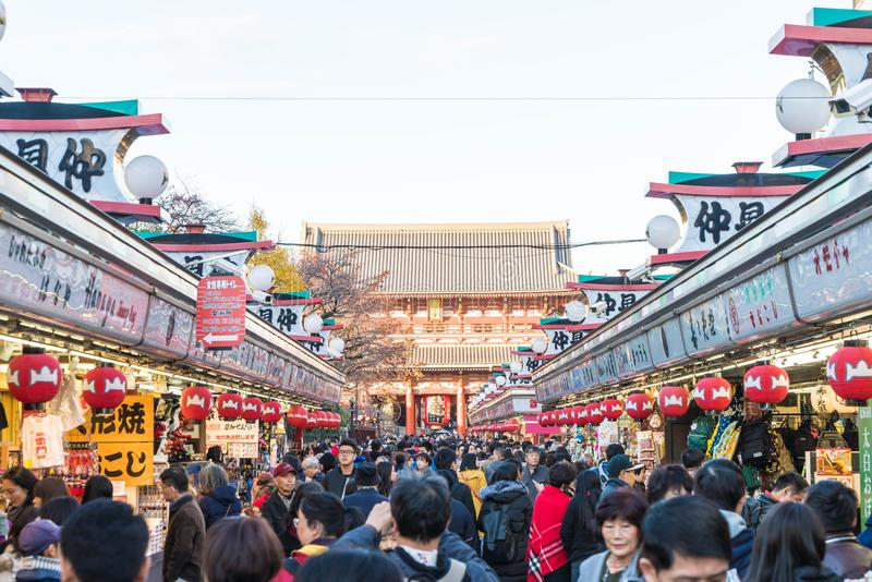 Toyko, Japan - 28 NOV. 2016: De toeristen lopen op Nakamise Dori in Se royalty-vrije stock afbeeldingen