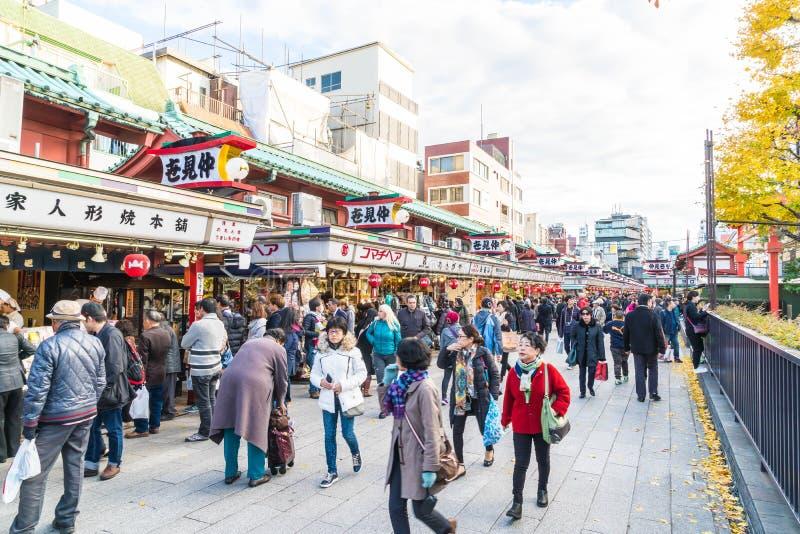 Toyko, Japan - 28 NOV. 2016: De toeristen lopen op Nakamise Dori in Se stock foto