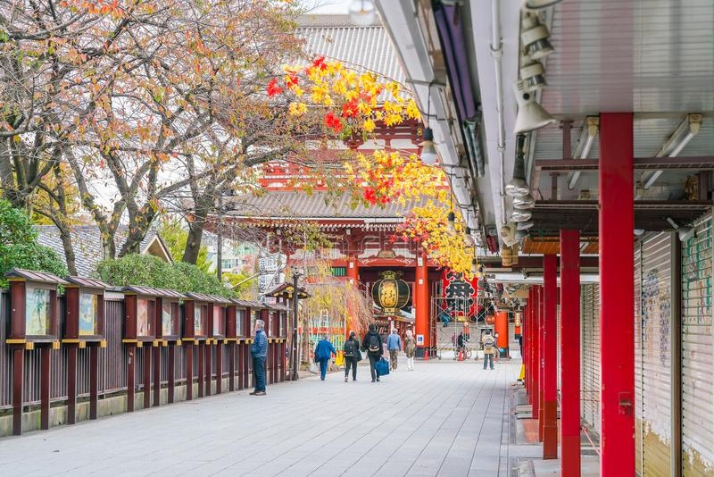 Toyko, Japan - 16 November 2016: De toeristen lopen op Nakamise Dori royalty-vrije stock afbeeldingen