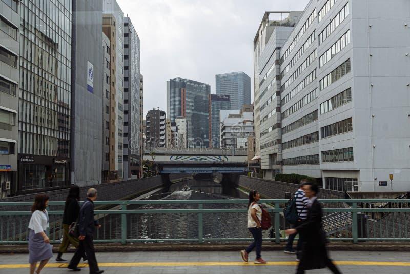 Toyo,Japen - 2019年4月,25日:Unidendified横跨街道的人步行在东京市,日本 长的曝光照片 免版税库存图片