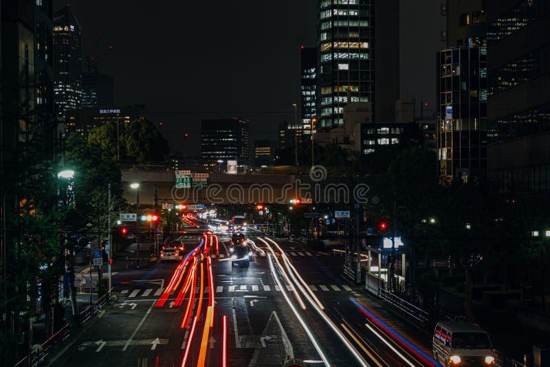 Toyo, Japen - 24 aprile, 2019: Vista della città di notte con i semafori vaghi sulla via, foto lunga di esposizione fotografie stock