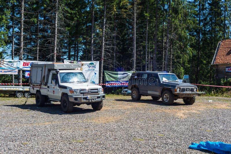 Toyota και Nissan από τα οδικά αυτοκίνητα στην τοπική φυλή στοκ φωτογραφίες