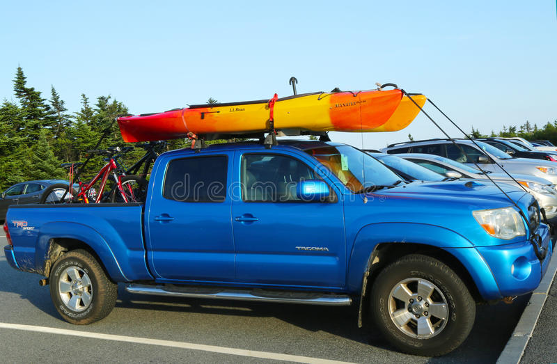 Toyota Τακόμα SUV που φορτώνεται με το καγιάκ και τα ποδήλατα στοκ εικόνα με δικαίωμα ελεύθερης χρήσης