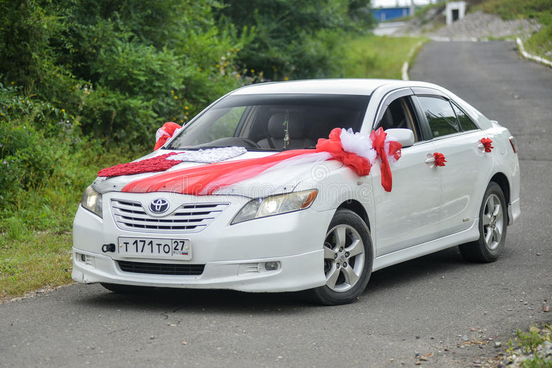 Toyota Camry dekorerade för att gifta sig går royaltyfri fotografi
