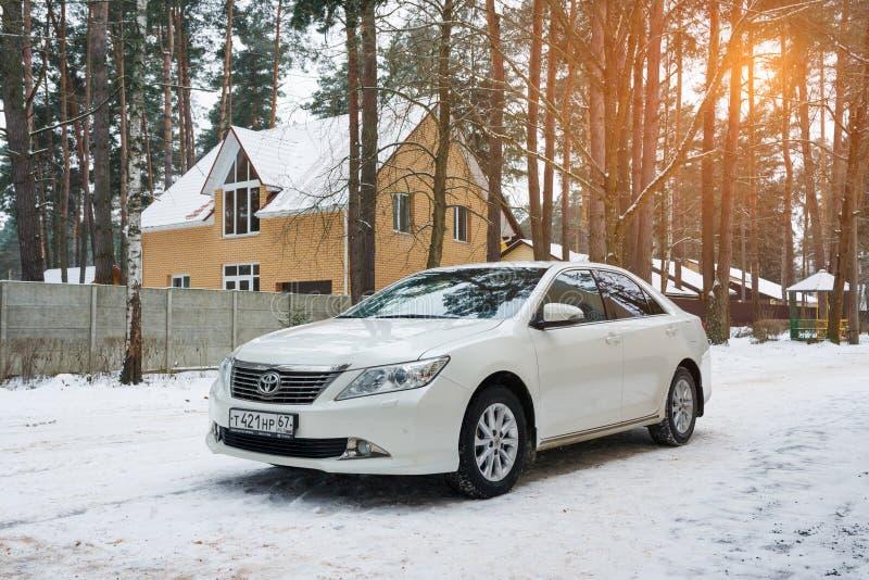 Toyota Camry luxuoso novo estacionou no subúrbio na noite do inverno fotos de stock