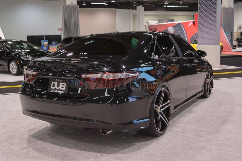 Toyota Camry op vertoning wordt aangepast die royalty-vrije stock foto