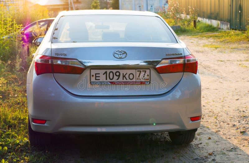 Toyota Corolla estacionou na rua de Moscou, subúrbio imagens de stock royalty free