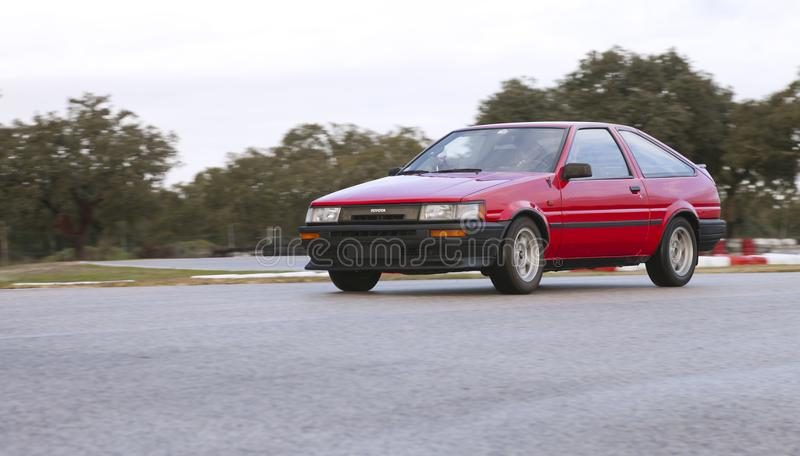 Toyota Corolla GT junta a came AE86 que deriva no autódromo imagem de stock